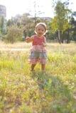 1χρονο κορίτσι στον περίπατο στο πάρκο Στοκ Εικόνα