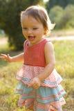 1χρονο κορίτσι στον περίπατο στο πάρκο Στοκ εικόνα με δικαίωμα ελεύθερης χρήσης