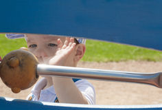2χρονο παιχνίδι αγοριών με τις σφαίρες στη σειρά Στοκ Φωτογραφία