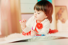1χρονο σχέδιο κοριτσάκι με τα μολύβια στο σπίτι Στοκ Εικόνες