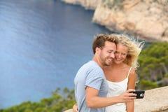 Χρονολόγηση του ζεύγους ταξιδιού που παίρνει selfie την εικόνα φωτογραφιών στοκ εικόνες