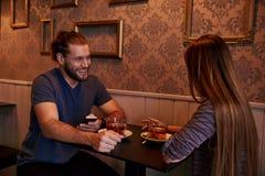 Χρονολόγηση του νέου ζεύγους σε ένα μπαρ Στοκ εικόνα με δικαίωμα ελεύθερης χρήσης
