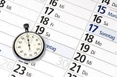 Χρονόμετρο με διακόπτη που βρίσκεται στο ημερολόγιο διορισμού με τις ημέρες της εβδομάδας στα γερμανικά στοκ φωτογραφία