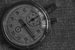 Χρονόμετρο με διακόπτη, στο φορεμένο υπόβαθρο τζιν, το χρόνο μέτρου αξίας, το παλαιό λεπτό βελών ρολογιών και το δεύτερο αρχείο χ Στοκ Εικόνα