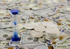 Χρονόμετρο σε ένα στρώμα των χρημάτων στοκ εικόνες με δικαίωμα ελεύθερης χρήσης