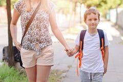 7 χρονών αγόρι που πηγαίνει στο σχολείο με τη μητέρα του Στοκ φωτογραφία με δικαίωμα ελεύθερης χρήσης