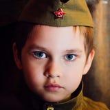 Χρονών αγόρι στη ρωσική στρατιωτική μορφή, όμορφη με τα μπλε μάτια Στοκ Φωτογραφίες