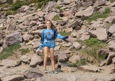 Χρονών καυκάσιο κορίτσι δεκατέσσερα με μια χιονιά σε ένα ίχνος στο πιό βροχερό εθνικό πάρκο υποστηριγμάτων, Ουάσιγκτον στοκ φωτογραφία με δικαίωμα ελεύθερης χρήσης