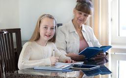 10 χρονών κορίτσι και ο δάσκαλός της Μελέτη μικρών κοριτσιών κατά τη διάρκεια του ιδιωτικού μαθήματός της Διδακτική και εκπαιδευτ Στοκ φωτογραφίες με δικαίωμα ελεύθερης χρήσης