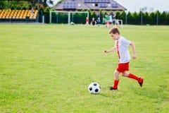 8 χρονών παίζοντας ποδόσφαιρο παιδιών αγοριών Στοκ φωτογραφία με δικαίωμα ελεύθερης χρήσης