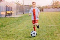 8 χρονών παίζοντας ποδόσφαιρο παιδιών αγοριών Στοκ εικόνα με δικαίωμα ελεύθερης χρήσης