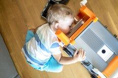 Χρονών το αγόρι δύο παίζει με τα παιχνίδια του στο εσωτερικό Στοκ Εικόνες