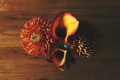 Χρυσάνθεμα και λουλούδια κρίνων της Calla Στοκ φωτογραφία με δικαίωμα ελεύθερης χρήσης