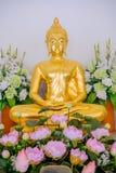 Χρυσά αγάλματα του Βούδα που διακοσμούν το βουδιστικό ναό Στοκ Εικόνα