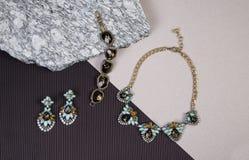 Χρυσά αλυσίδα και βραχιόλι περιδεραίων στο γρανίτη Στοκ Εικόνες
