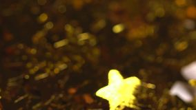 Χρυσά αστέρια που εμπίπτουν σε σε αργή κίνηση απόθεμα βίντεο