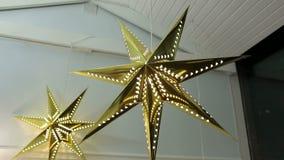Χρυσά αστέρια Χριστουγέννων με τα φω'τα λευκό απομόνωσης ντεκόρ Χριστουγέννων απόθεμα βίντεο