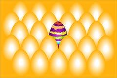 Χρυσά αυγά και ένα χρωματισμένο αυγό. Στοκ Φωτογραφία