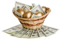 Χρυσά αυγά και δολάρια σε ένα καλάθι που απομονώνεται Στοκ φωτογραφίες με δικαίωμα ελεύθερης χρήσης
