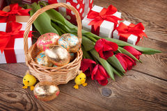 Χρυσά αυγά Πάσχας, λουλούδια και δώρα Στοκ φωτογραφίες με δικαίωμα ελεύθερης χρήσης
