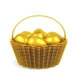 Χρυσά αυγά Πάσχας στο καλάθι που απομονώνεται Στοκ Εικόνες