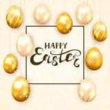 Χρυσά αυγά Πάσχας στο μπεζ υπόβαθρο Στοκ Φωτογραφία