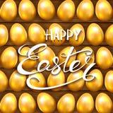 Χρυσά αυγά Πάσχας στο ξύλινο υπόβαθρο Στοκ Εικόνες