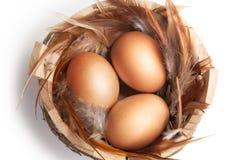 Χρυσά αυγά σε ένα ξύλινο καλάθι Πάσχα Στοκ Εικόνες