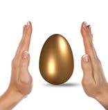 Χρυσά αυγό και χέρια Στοκ φωτογραφία με δικαίωμα ελεύθερης χρήσης