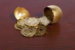 Χρυσά αυγό και χρήματα Στοκ φωτογραφία με δικαίωμα ελεύθερης χρήσης