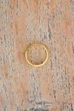 Χρυσά δαχτυλίδια στο ξύλινο υπόβαθρο Στοκ Εικόνες