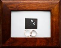 Χρυσά δαχτυλίδια Weedding στο πλαίσιο Στοκ Εικόνα