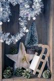 Χρυσά βάζο κουδουνιών διακοσμήσεων Χριστουγέννων, έλκηθρο, αστέρι και δέντρο στο α στοκ φωτογραφία με δικαίωμα ελεύθερης χρήσης
