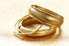 Χρυσά βραχιόλια κοσμήματος στοκ εικόνα
