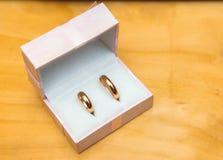 Χρυσά γαμήλια δαχτυλίδια σε ένα κιβώτιο Στοκ φωτογραφία με δικαίωμα ελεύθερης χρήσης