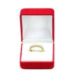 Χρυσά γαμήλια δαχτυλίδια σε ένα κιβώτιο δώρων Στοκ φωτογραφία με δικαίωμα ελεύθερης χρήσης