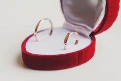 Χρυσά γαμήλια δαχτυλίδια στην άσπρη ανασκόπηση κόσμημα Στοκ Φωτογραφίες