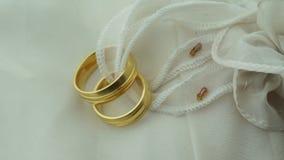 Χρυσά γαμήλια δαχτυλίδια στην εστίαση φιλμ μικρού μήκους
