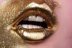 Χρυσά δέρμα και χείλια Καλλυντικά προβλήματα Σαφής φροντίδα δέρματος Ψωρίαση Αντίδραση στα καλλυντικά Διαδικασία Beautician Μάσκα στοκ φωτογραφίες
