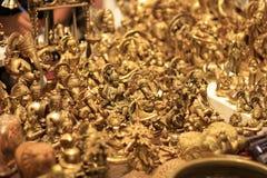 Χρυσά είδωλα βιοτεχνίας των ινδών Θεών για την πώληση Στοκ Φωτογραφίες