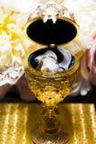 Χρυσά εμπορευματοκιβώτιο και δαχτυλίδια στοκ φωτογραφία με δικαίωμα ελεύθερης χρήσης