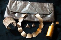 Χρυσά εξαρτήματα γυναικών Κόσμημα και λαμπρός συμπλέκτης στοκ εικόνα με δικαίωμα ελεύθερης χρήσης
