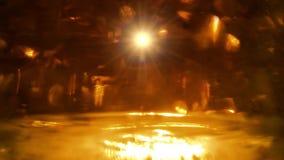 Χρυσά εορταστικά φω'τα Μύγες αστεριών επάνω από την πυράκτωση απόθεμα βίντεο