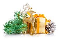 Χρυσά ελάφια Χριστουγέννων με firtree και το δώρο κλάδων Στοκ φωτογραφία με δικαίωμα ελεύθερης χρήσης
