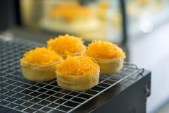 Χρυσά κέικ νημάτων λέκιθου αυγών στη σχάρα, ταϊλανδικά γλυκά τρόφιμα στοκ φωτογραφίες με δικαίωμα ελεύθερης χρήσης