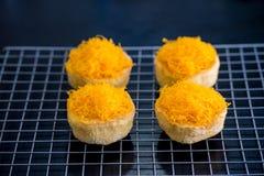 Χρυσά κέικ νημάτων λέκιθου αυγών στη σχάρα, ταϊλανδικά γλυκά τρόφιμα στοκ εικόνες
