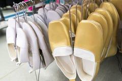 Χρυσά και άσπρα παπούτσια γυμναστικής στο κατάστημα Στοκ Εικόνες