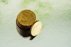 Χρυσά και ασημένια νομίσματα στο ασημένιο υπόβαθρο Σεντ 20 και 10 ευρώ ακρών Στοκ Εικόνες
