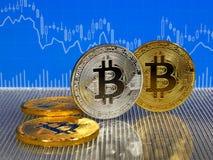 Χρυσά και ασημένια νομίσματα bitcoin στο μπλε αφηρημένο υπόβαθρο χρηματοδότησης Cryptocurrency Bitcoin Στοκ φωτογραφίες με δικαίωμα ελεύθερης χρήσης
