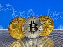 Χρυσά και ασημένια νομίσματα bitcoin στο μπλε αφηρημένο υπόβαθρο χρηματοδότησης Cryptocurrency Bitcoin Στοκ Εικόνα